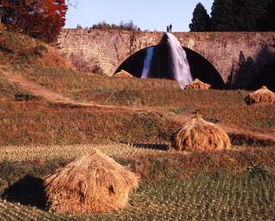通潤橋の放水の写真素材 [FYI00336892]