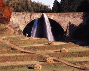 通潤橋の放水の写真素材 [FYI00336901]