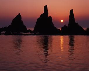 昇陽の橋杭岩の写真素材 [FYI00336907]