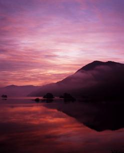 秋元湖の夜明けの写真素材 [FYI00336911]