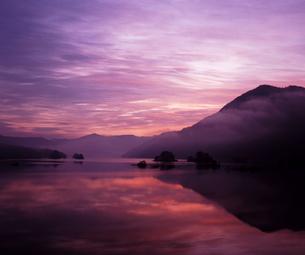 晩秋の夜明けの写真素材 [FYI00336929]