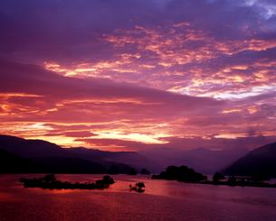 朝焼けの秋元湖の写真素材 [FYI00336944]