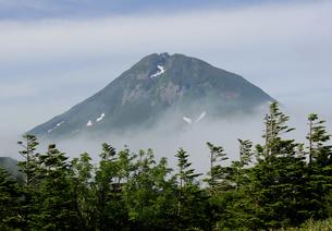 ガスに煙る羅臼岳の写真素材 [FYI00336989]