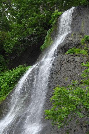 緑の瀬石の滝の素材 [FYI00336995]