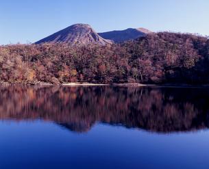 晩秋の六観音御池の写真素材 [FYI00337095]