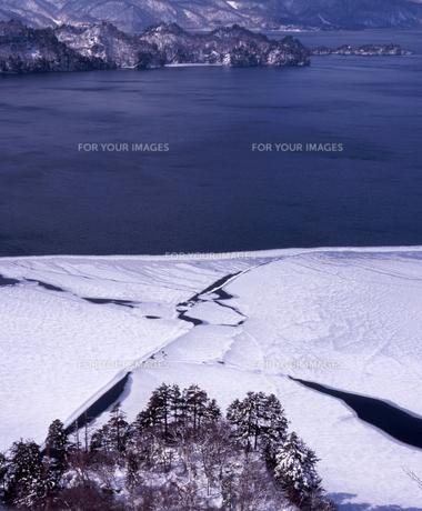 十和田湖冬景色の素材 [FYI00337203]