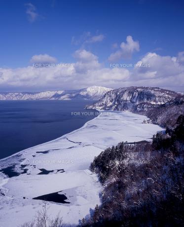 雪景色の十和田湖の素材 [FYI00337234]