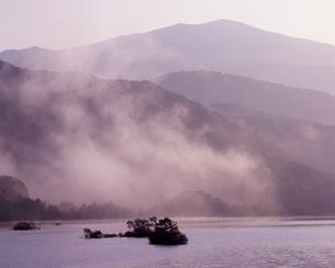 朝もやの秋元湖の写真素材 [FYI00337245]