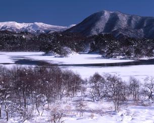 初冬の小野川湖の写真素材 [FYI00337284]