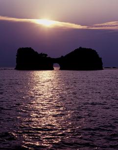 黄昏の円月島の写真素材 [FYI00337407]