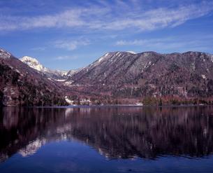 初冬の湯ノ湖の写真素材 [FYI00337472]