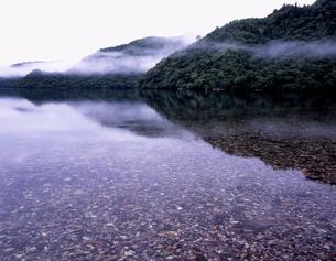 朝もやの中禅寺湖の写真素材 [FYI00337496]