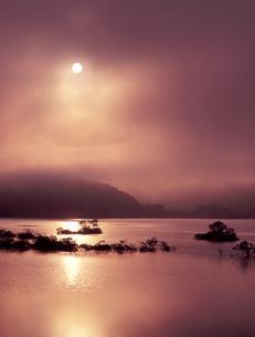 昇陽の湖の写真素材 [FYI00337819]
