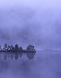 朝もやの湖の写真素材 [FYI00337857]