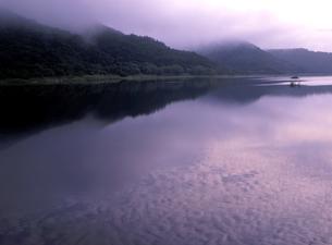 秋元湖の朝の写真素材 [FYI00337881]