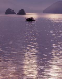 朝のさざ波の写真素材 [FYI00337938]