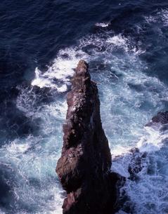 荒波の赤岩の写真素材 [FYI00337946]