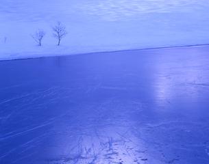 凍る湖の写真素材 [FYI00338021]