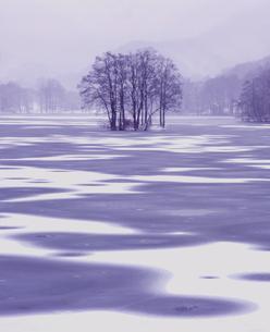 初冬の曽原湖の写真素材 [FYI00338045]