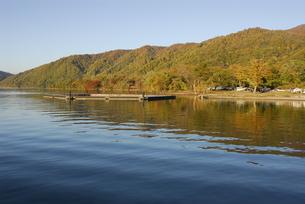 紅葉の十和田湖の写真素材 [FYI00338444]