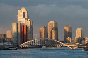 夕映えの築地大橋の写真素材 [FYI00338529]