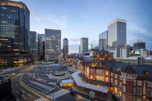 夕暮れの東京駅の写真素材 [FYI00338530]