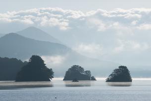 幻想的な秋元湖の朝の写真素材 [FYI00338678]
