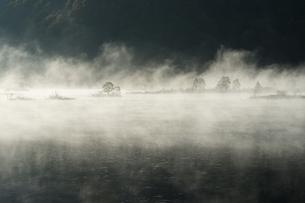 秋元湖の朝もやの写真素材 [FYI00338808]