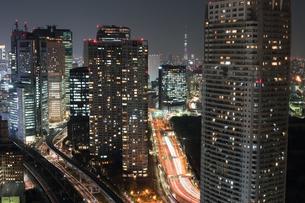夜のタワーマンションの写真素材 [FYI00338864]