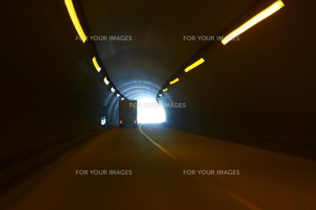 高速道路のトラックの写真素材 [FYI00361091]