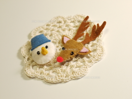手作り フェルトの雪だるまとトナカイの写真素材 [FYI00361220]