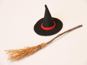 手作り 魔女のほうきと帽子の写真素材 [FYI00361232]