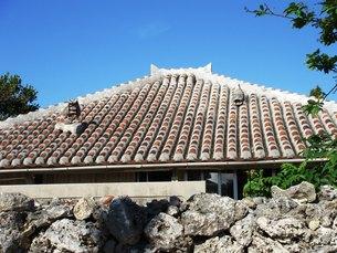 竹富島の屋根とシーサーの写真素材 [FYI00361261]