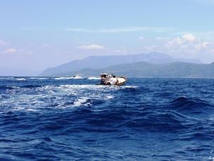 カプリ島の青い海とボートの写真素材 [FYI00361264]