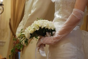 花嫁の握る花束の写真素材 [FYI00361527]