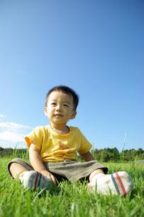 芝生の上に座る子供の素材 [FYI00361751]