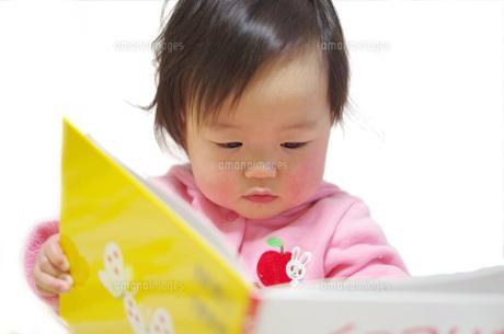 読書する赤ちゃんの写真素材 [FYI00361803]