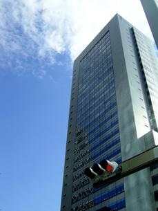 新宿副都心高層ビルと信号の写真素材 [FYI00361894]