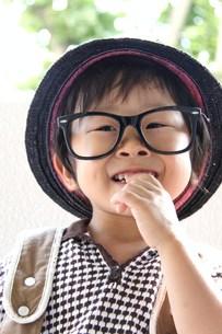 メガネをかけた少年の写真素材 [FYI00361975]