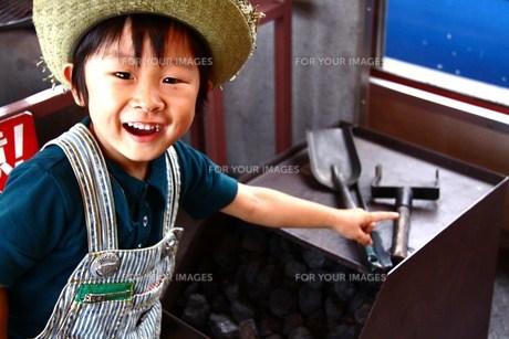 石炭を見つけて笑顔の男の子の素材 [FYI00361977]