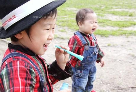 シャボン玉をする兄弟の写真素材 [FYI00362009]
