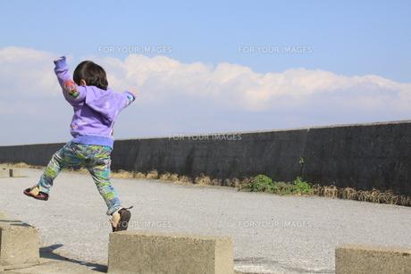 ジャンプする男の子の写真素材 [FYI00362021]