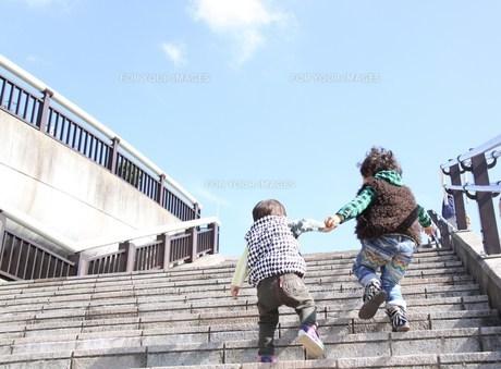 手をつないで階段を上る兄弟の後ろ姿の素材 [FYI00362039]