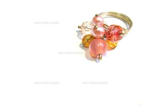 ピンク色の指輪の写真素材 [FYI00362090]