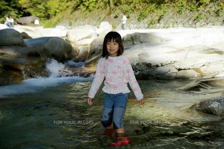 面河川で川遊びの素材 [FYI00362191]