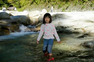 面河川で川遊びの写真素材 [FYI00362191]