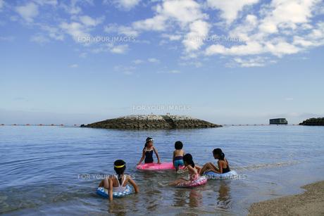 今から泳ぐ子供たちの写真素材 [FYI00362252]
