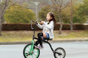 面白自転車に乗る少女の写真素材 [FYI00362371]