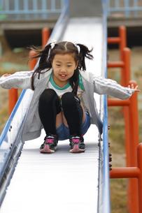 公園で遊ぶ少女の写真素材 [FYI00362392]