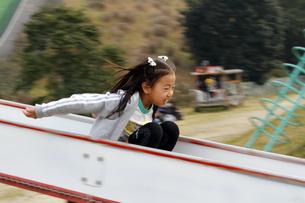 公園で遊ぶ少女の写真素材 [FYI00362399]
